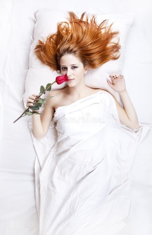 Arbeiten Sie red-haired Mädchen mit stieg in das Schlafzimmer um. stockbilder