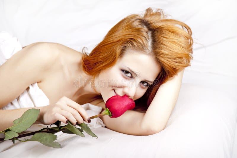 Arbeiten Sie red-haired Mädchen mit stieg in das Schlafzimmer um. stockbild