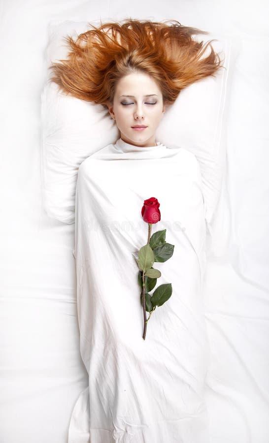 Arbeiten Sie red-haired Mädchen mit stieg in das Schlafzimmer um. lizenzfreies stockbild