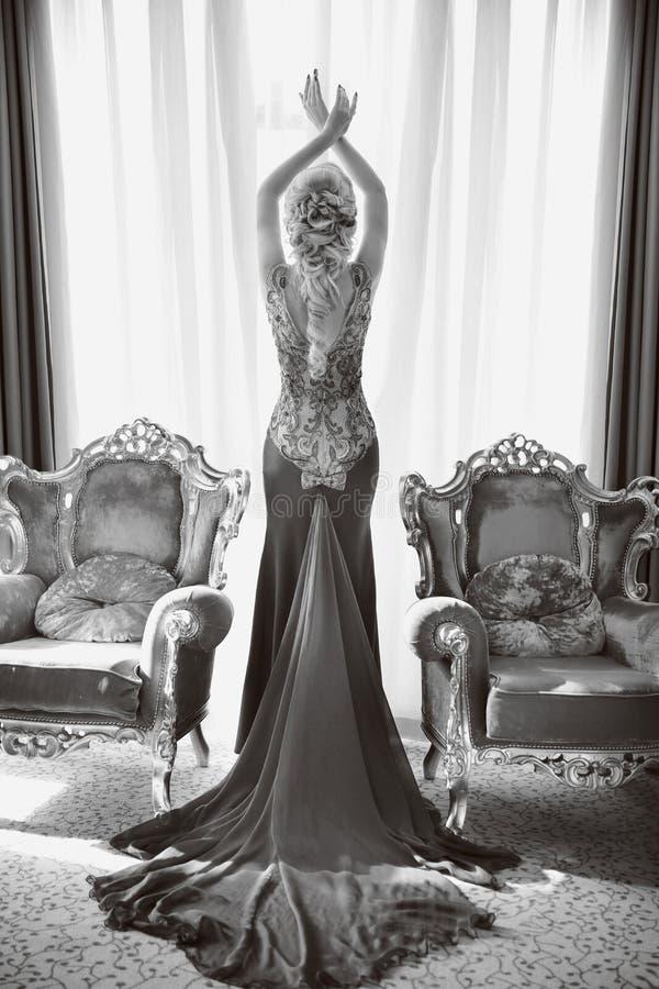 Arbeiten Sie schöne sinnliche Frau im luxuriösen Kleid mit langem tra um lizenzfreies stockbild