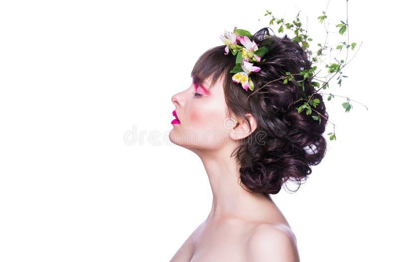 Arbeiten Sie Schönheit vorbildliches Mädchen mit einem Chaplet von den Blumen im Haar um Kreative Verfassung und Frisur stockbilder