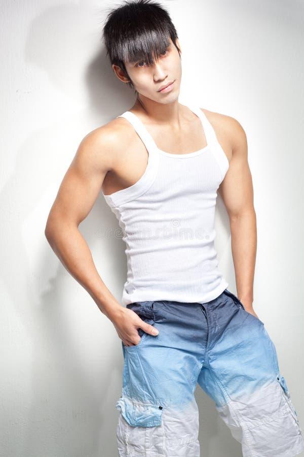 Arbeiten Sie Schuß der Junge, muskulöser chinesischer Mann um lizenzfreies stockfoto