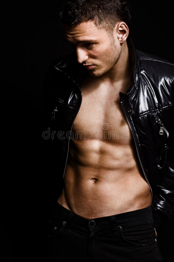 Arbeiten Sie Schuß des muskulösen reizvollen stattlichen Mannes um stockfotos