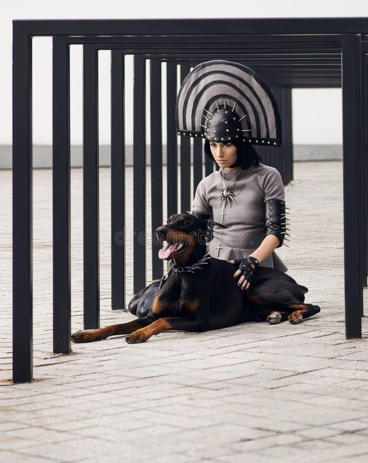 Arbeiten Sie Schuss einer Frau mit schwarzem Hund um lizenzfreies stockbild