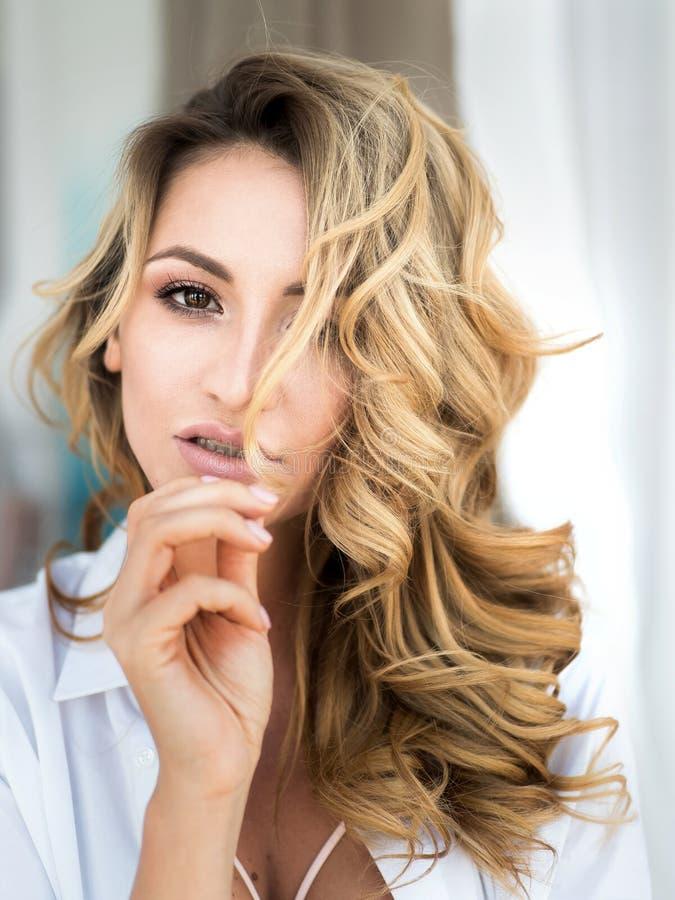 Arbeiten Sie sexy Frau ` s Körperteile im Boudoirraum nahe dem Fenster um Schließen Sie herauf Porträt der sinnlichen Schönheit B stockbild