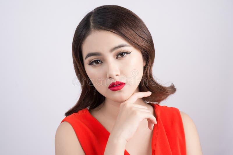 Arbeiten Sie Studioporträt der herrlichen sinnlichen asiatischen Frau mit dar um stockbild