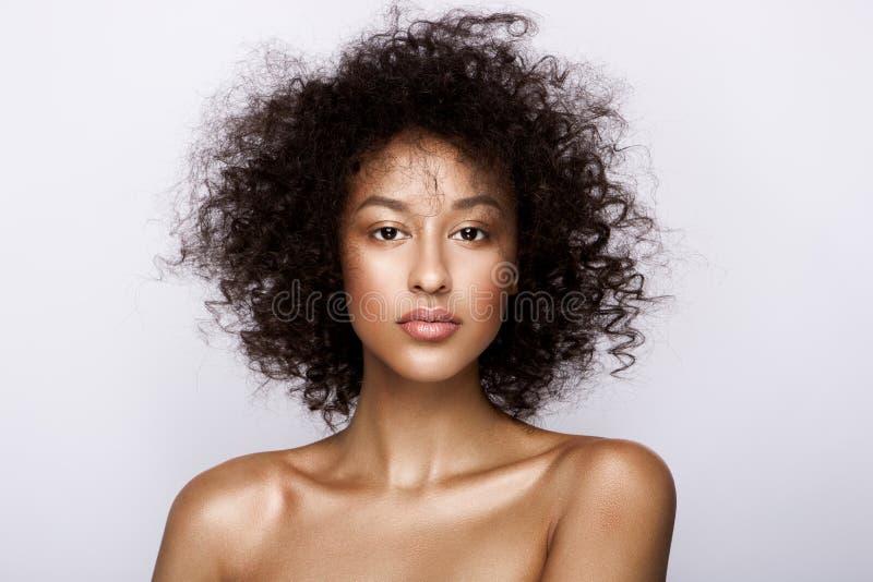 Arbeiten Sie Studioporträt der schönen Afroamerikanerfrau mit perfekter glatter glühender Mulattehaut um, bilden Sie lizenzfreie stockfotografie