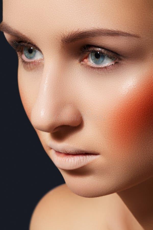 Arbeiten Sie Verfassung, Blusher, helles Rouge, saubere Haut um lizenzfreie stockfotografie
