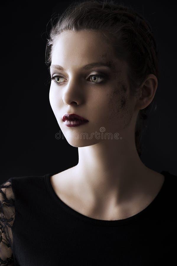 Arbeiten Sie zurückhaltendes Portrait, sie betrachtet Recht um stockfotos