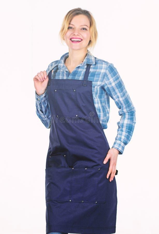 Arbeiten vom Haus Kochen Sie mit Leidenschaft f?r Familie H?bsches M?dchen im Chefschutzblech Nahrung, die Rezept kocht Picknickg stockfotos