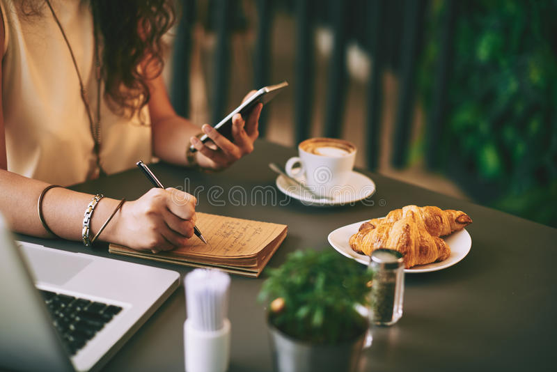 Arbeiten während des Frühstücks stockbilder