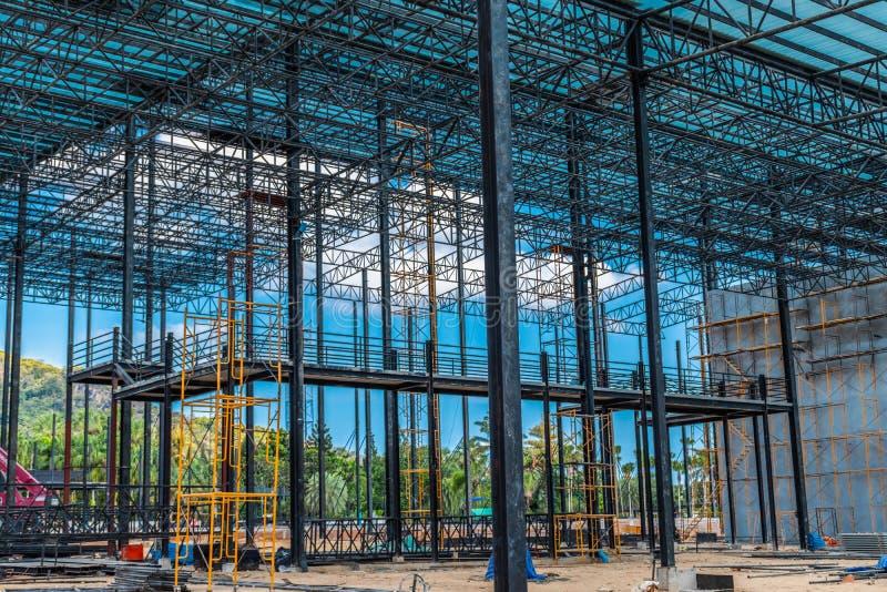Arbeitende Baustelle, Stahldach lizenzfreies stockfoto