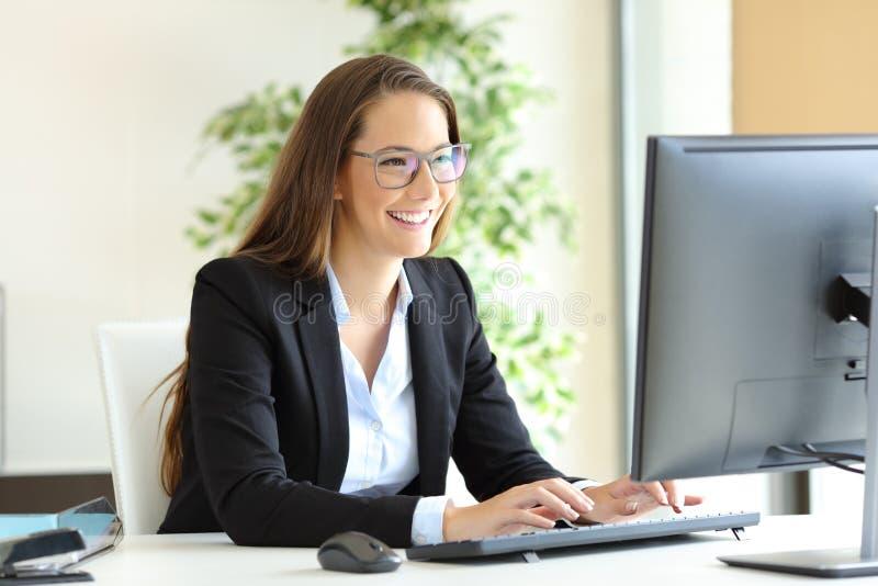 Arbeitende tragende Gläser der Geschäftsfrau lizenzfreies stockbild