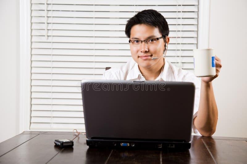 Arbeitender asiatischer Unternehmer lizenzfreie stockfotos