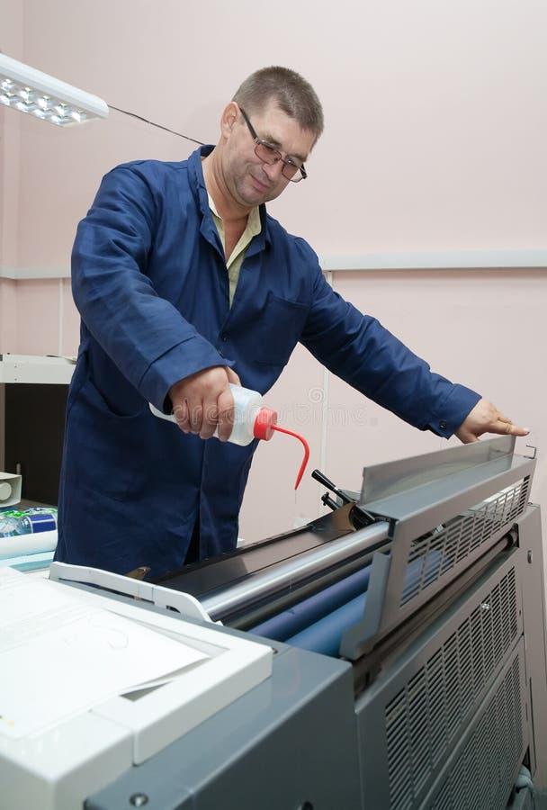 Arbeitender Offsetdrucker lizenzfreie stockbilder