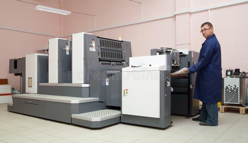 Arbeitender Offsetdrucker lizenzfreies stockfoto