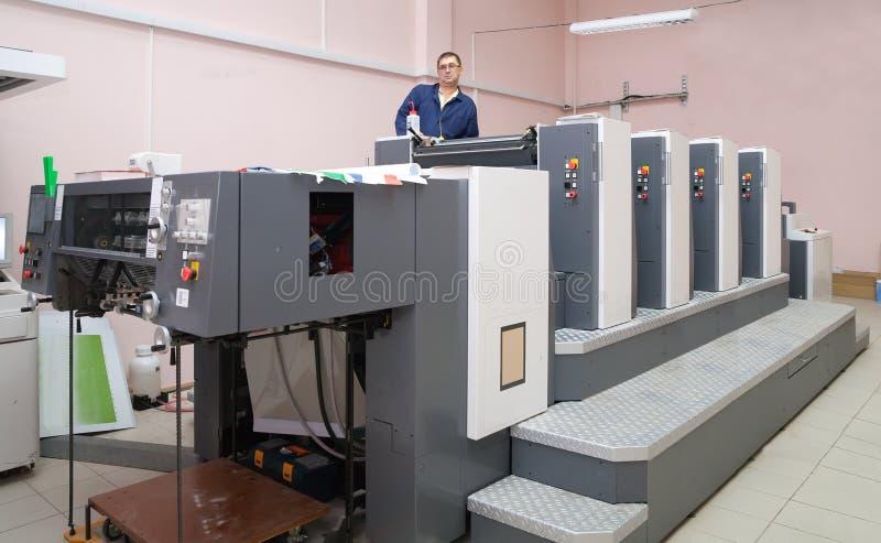 Arbeitender Offsetdrucker stockfoto