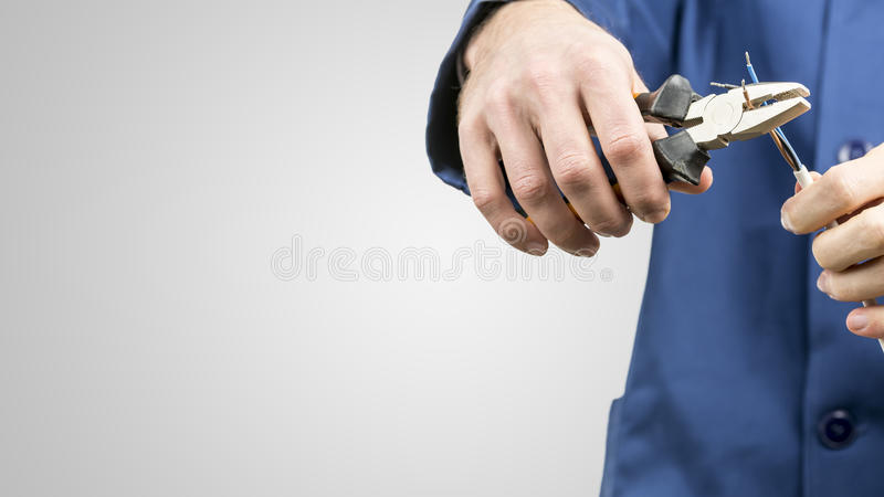 Arbeiter, der ein elektrisches Kabel repariert lizenzfreies stockfoto
