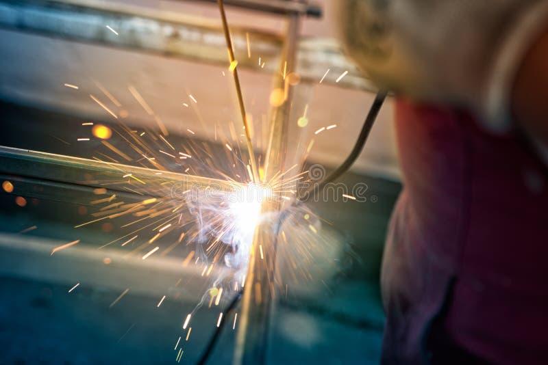 Arbeiter in der Fabrik, die mit Schweißgerät arbeitet lizenzfreies stockfoto