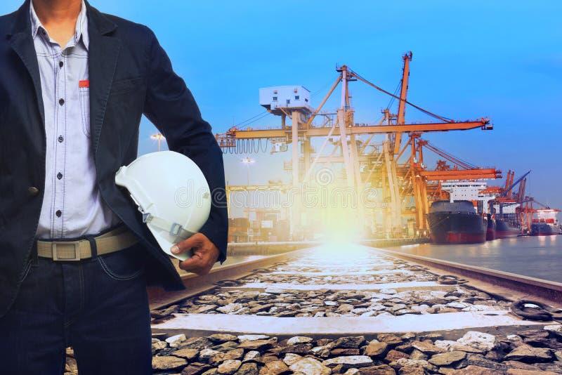 Arbeiter im Hafenversandtransport und Zug landen logistisches u lizenzfreies stockbild