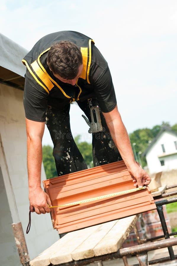 Arbeiter mit Dachfliesen stockfoto