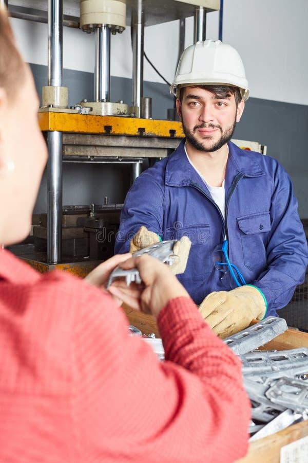 Arbeiter mit Industriekleidung stockbilder
