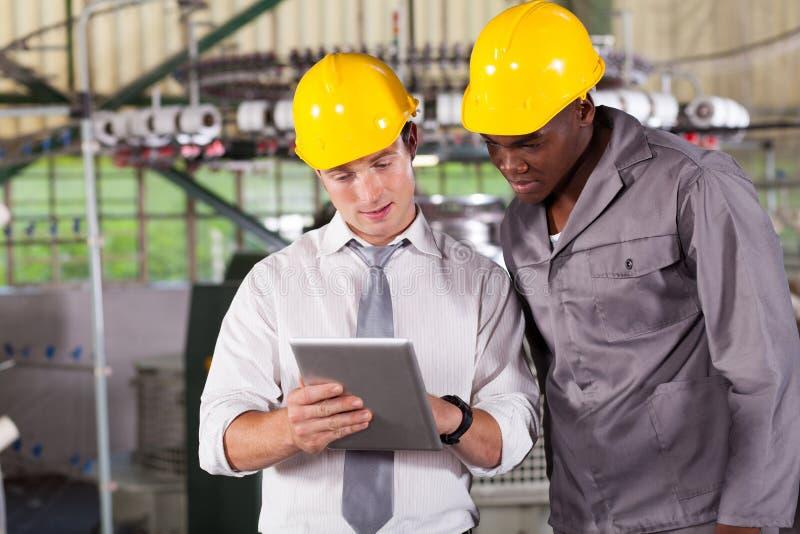 Arbeiter-Tablettecomputer stockfotografie