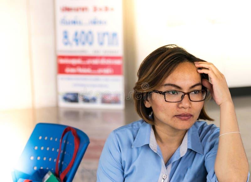 Arbeiterklassefrauen verwenden die Idee lizenzfreie stockfotografie