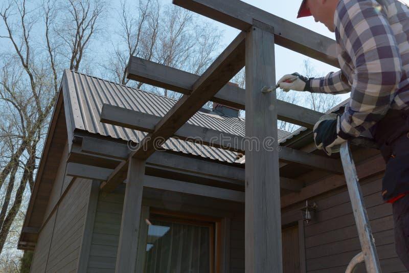 Arbeitet die Terrasse malt Gel?nder, Heimwerken, Garten stockfoto