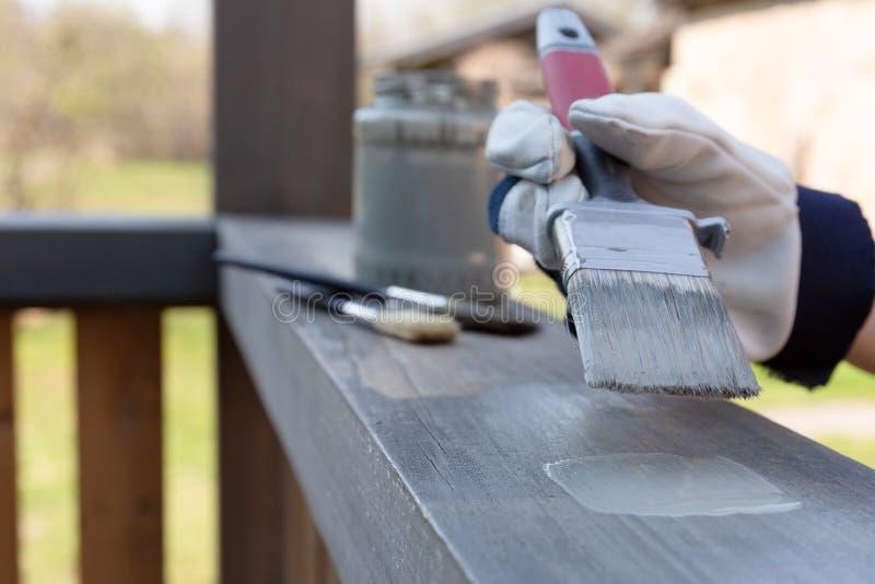 Arbeitet die Terrasse malt Gel?nder, Heimwerken, Garten stockfotos