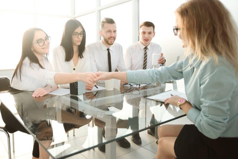Arbeitgeber begl?ckw?nschen den Angestellten auf dem Unterzeichnen eines neuen contrac lizenzfreie stockfotografie