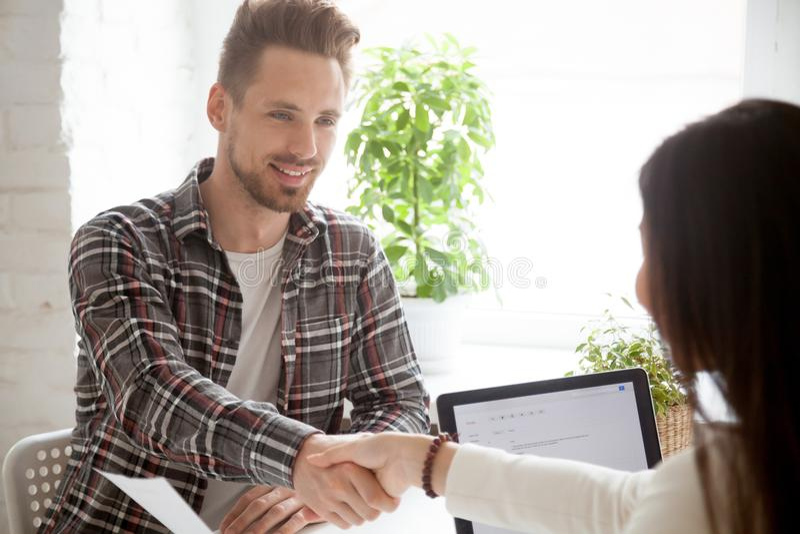 Arbeitgeberhändeschütteln-Arbeitskandidat, der mit successf beglückwünscht stockbilder