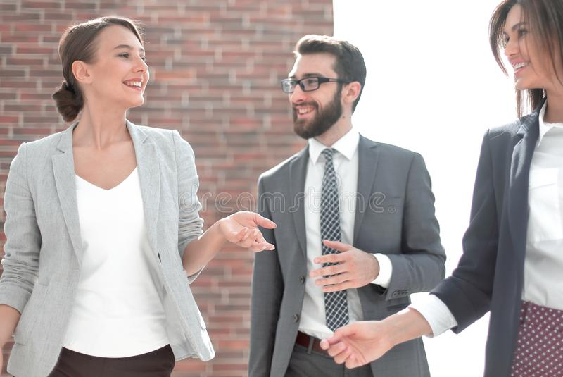 Arbeitnehmergruppe auf dem Hintergrund des B?ros lizenzfreie stockfotos