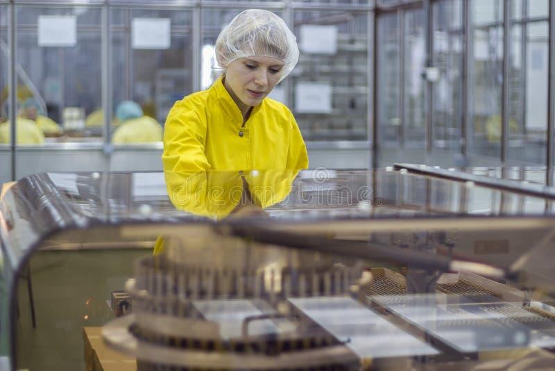 Arbeitnehmerin an der pharmazeutischen Fabrik stockbild