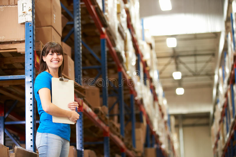 Arbeitnehmerin im Lagerhaus lizenzfreie stockfotos