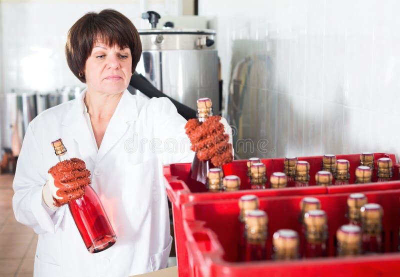 Download Arbeitnehmerinverpackungs-Weinflaschen Stockfoto - Bild von älter, fällig: 90236074