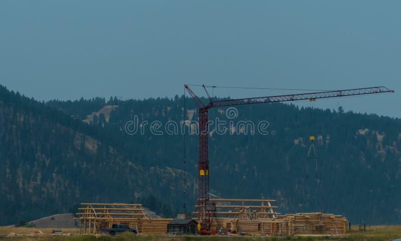 Arbeits-Crane Constructing ein Blockhaus stockfoto