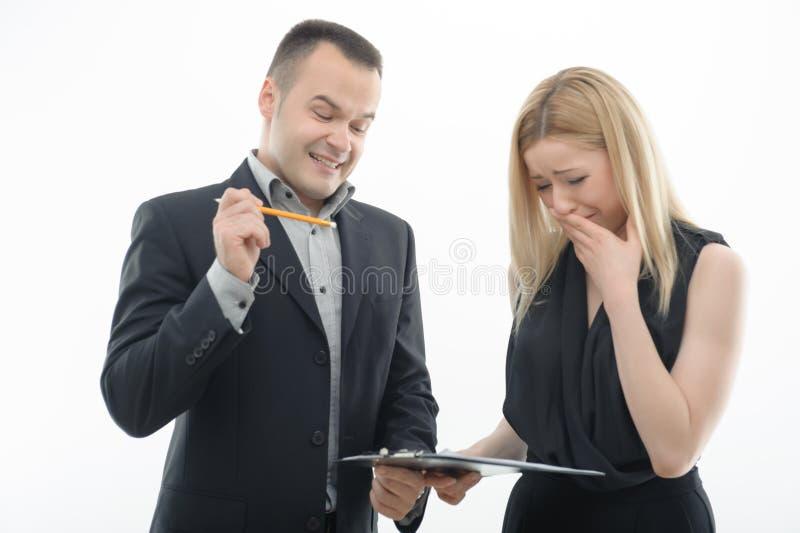 Arbeits-Kollegen, die auf weißem Hintergrund argumentieren stockfoto