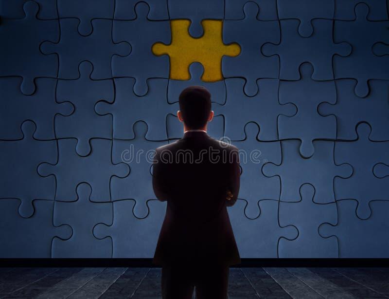 Arbeits-Problem-Konzept Unscharfe Rückseite eines Geschäftsmannes Standin lizenzfreies stockfoto