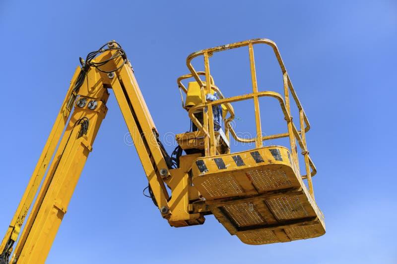 Arbeitsbühne eines gelben Gabelstaplers stockbild