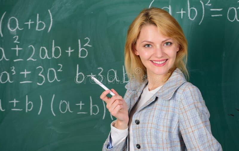 Arbeitsbedingungen für Lehrer Sie mag ihren Job Zurück zu Schule-Konzept Arbeitsbedingungen die zukünftig stockfotografie