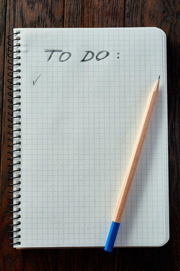 Arbeitsbuch und ein Bleistift auf einem hölzernen Hintergrund, Draufsicht stockfoto