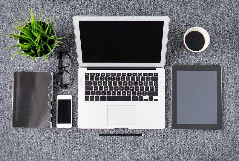Arbeitseinzelteile des kreativen Fachmannes und Technologiegeräte von oben lizenzfreies stockbild
