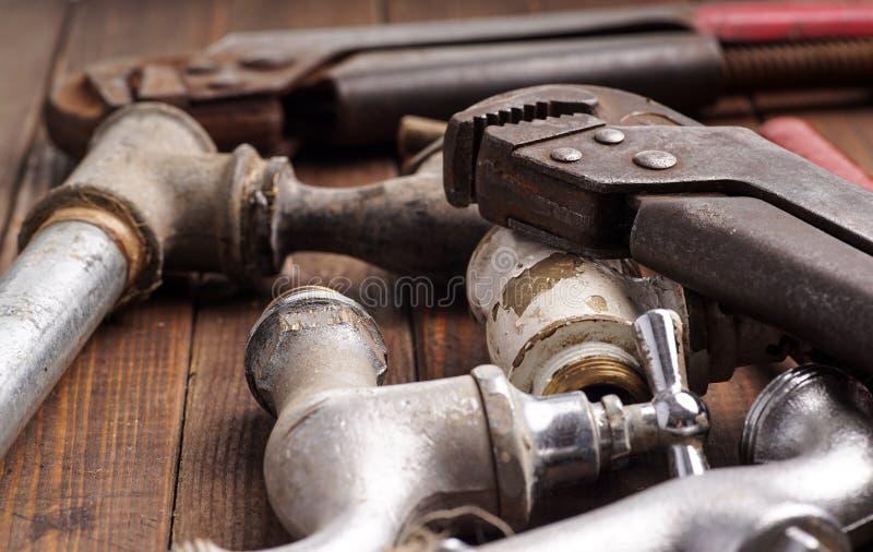 Arbeitsgeräte, Klempnerarbeit, Rohre und Hähne lizenzfreie stockfotografie