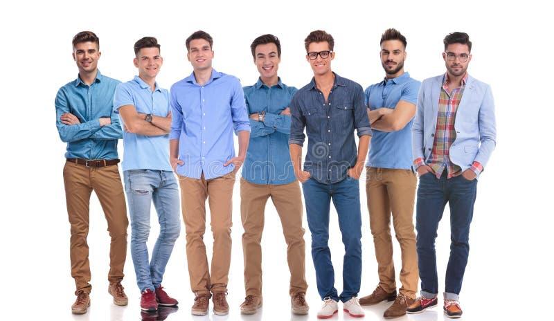 Arbeitsgruppe Stellung mit sieben hapy zufällige Männern stockfoto