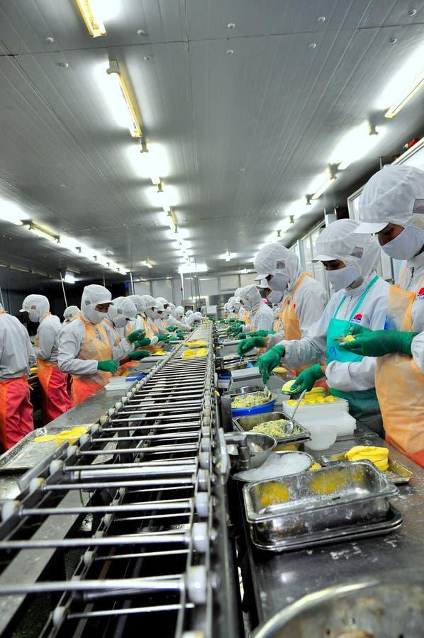 Arbeitskräfte arbeiten stark an einer Fertigungsstraße in einer Meeresfrüchtefabrik in Ho Chi Minh-Stadt, Vietnam stockfotos