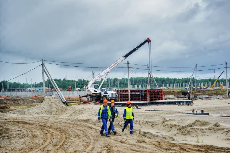 Arbeitskräfte auf Bau der Anlage Tobolsk lizenzfreies stockbild