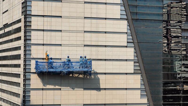 Arbeitskräfte auf einer verschobenen Wiege stockfotos