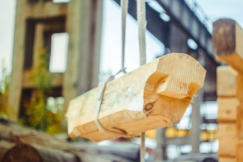 Arbeitskräfte bauen ein Haus von Klotz stockbilder