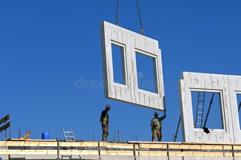 Arbeitskräfte bei der Arbeit im niederländischen Baugewerbe stockbilder